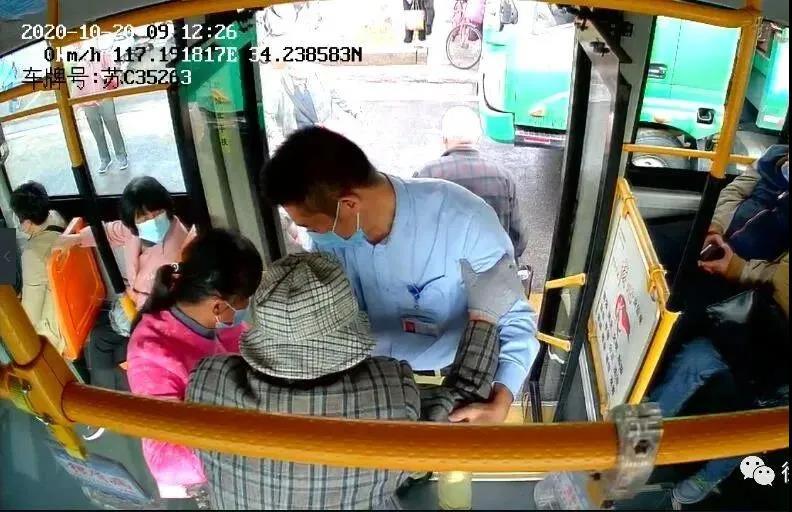 11路附线驾驶员张卫东暖心帮扶老人乘车